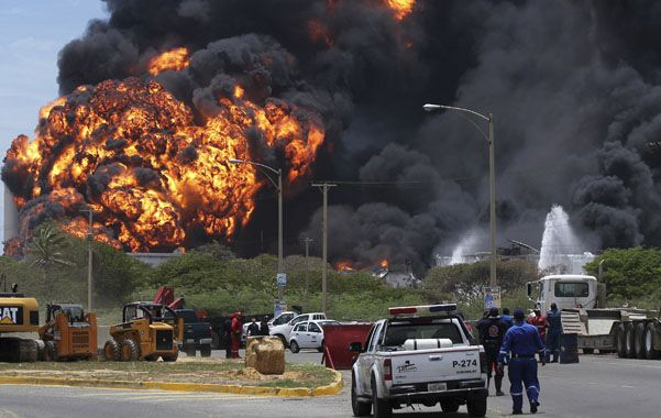 Devastador. El 25 de agosto de 2012 estalló en llamas la gigantesca refinería de Amuay. El caso evidenció el déficit de inversiones que padece la empresa.