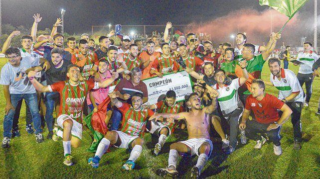 Campeones. Sportivo recibió el premio del cheque en el festejo.