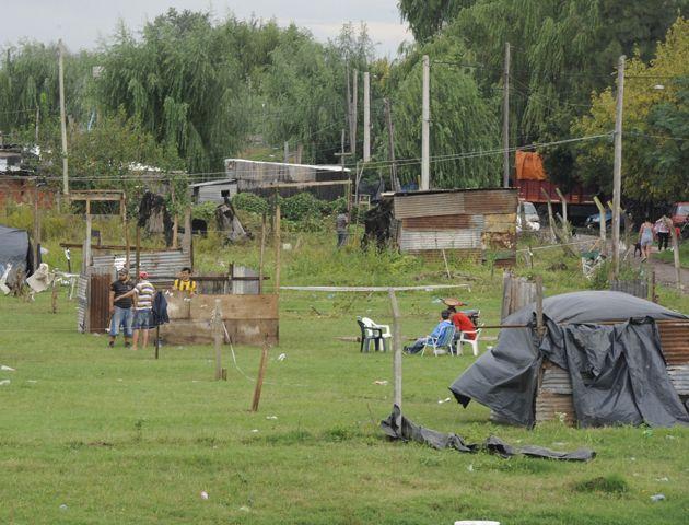 Las precarias construcciones fueron derribadas esta mañana en medio de denuncias de agresión de parte de los ocupantes. (Foto archivo)