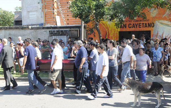 La marcha. Una multitud acompañó el cortejo de Mercedes Delgado el 9 de enero de 2013 en barrio Ludueña.