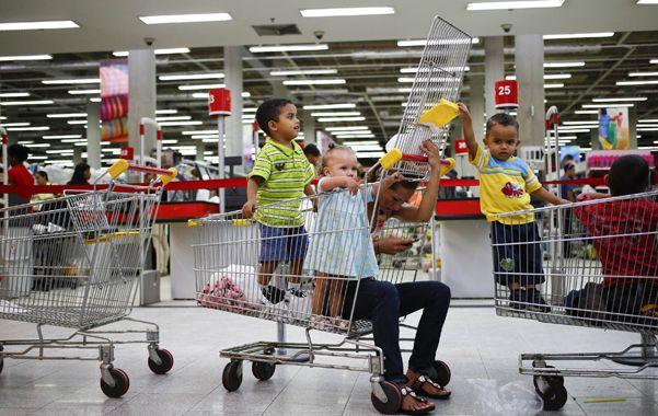 Desabastecidos. Carritos vacíos en un supermercado de Caracas.