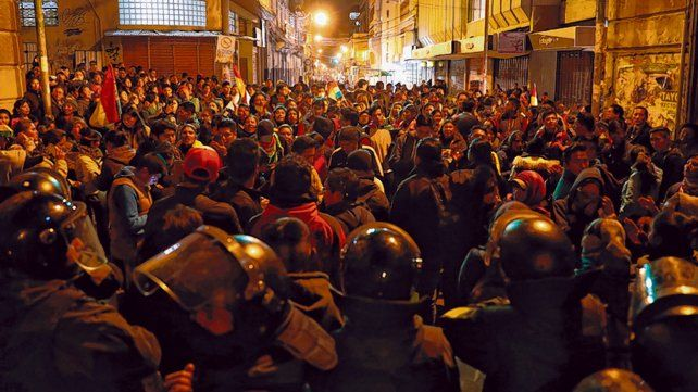 En vilo. Manifestantes opositores bloquean a la policía para impedir que llegue al Tribunal electoral.
