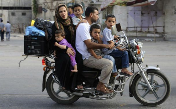 Fuga desesperada. Una familia palestina escapaba ayer de Jan Younis