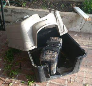 El paquete atravesó el techo de la cochera y rompió la casita del perro.