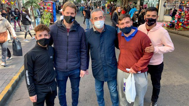 En campaña, Lichu Zeno y el intendente Pablo Javkin se tomaron fotos con quienes se los pidieran.