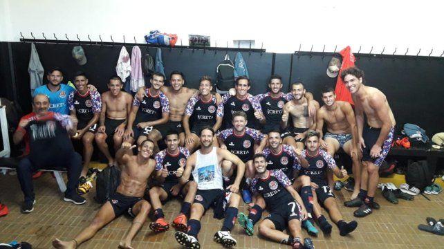 Vestuario feliz. Los jugadores celebran la gran victoria en el vestuario del estadio de Gerli. Una alegría