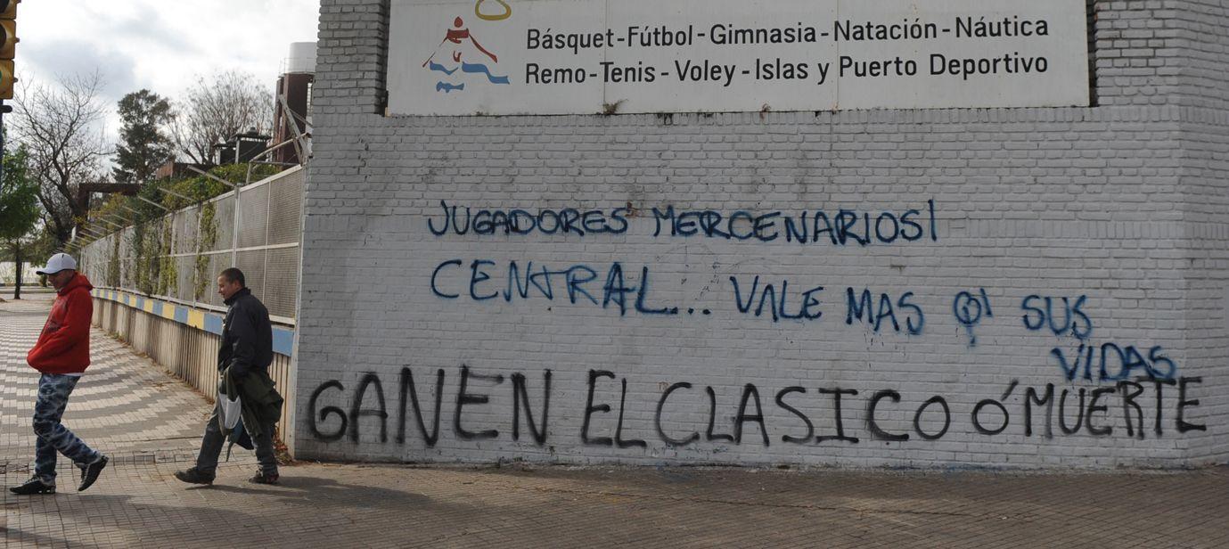 Pintadas injuriosas y amenazantes contra el plantel de Central aparecieron ayer en inmediaciones del Gigante. (Foto: A.Amaya)