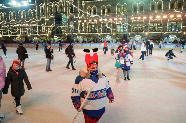 MOSCÚ. La gente disfrutando de la pista de hielo en la Plaza Roja.