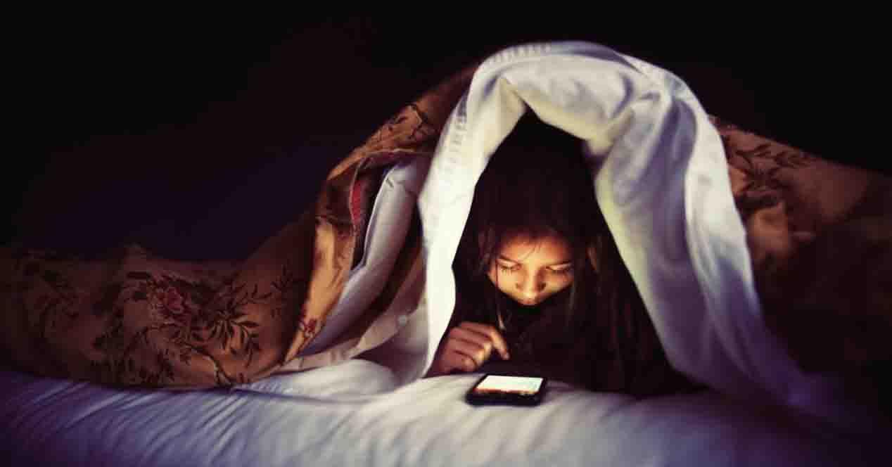 El uso de aparatos electrónicos que emiten luz azul acarrean problemas de sueño.