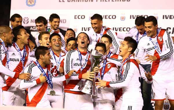 Con el trofeo. El capitán y goleador del equipo
