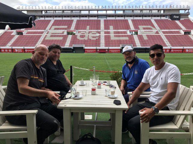 En la nueva cancha: Los dirigentes de Sportivo de Alvarez fueron recibido en el nuevo estadio platense