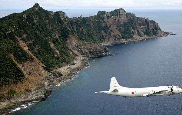 Un avión naval japonés P-3 sobrevuela las islas Senkaku