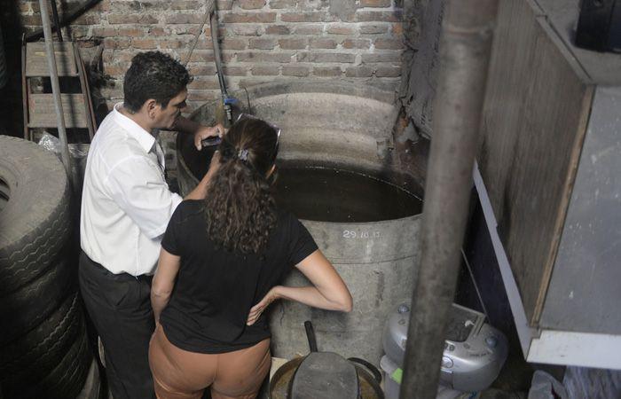 La Dirección de Control de Vectores hizo una recorrida por distintos lugares para controlar que no haya recipientes con agua estancada. (S.Salinas)