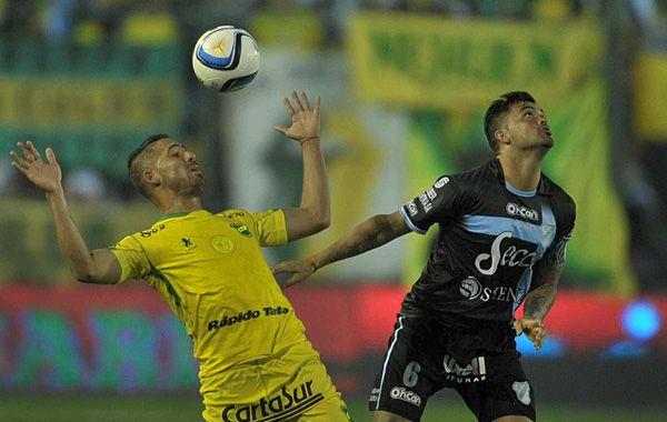 Gastón Aguirre (derecha) disputa la pelota con Leyes. (Foto: Télam)