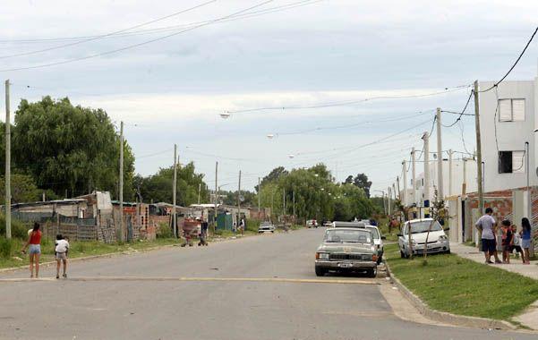 Veredas opuestas. Una ancha calle separa el asentamiento Ciudad Oculta del complejo Zona Cero. (foto: Silvina Salinas)