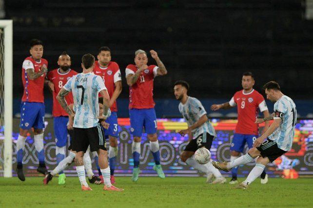 Argentina debutó con un empate ante Chile en el que repitió virtudes y defectos