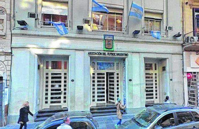 Casa madre. En la AFA ayer se conocieron dos ofertas más para la televisación del fútbol argentino.