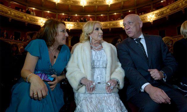 Mirtha Legrand junto a la intendenta Mónia Fein y el gobernador Antonio Bonfatti en la última entrega de los premios Magazine.