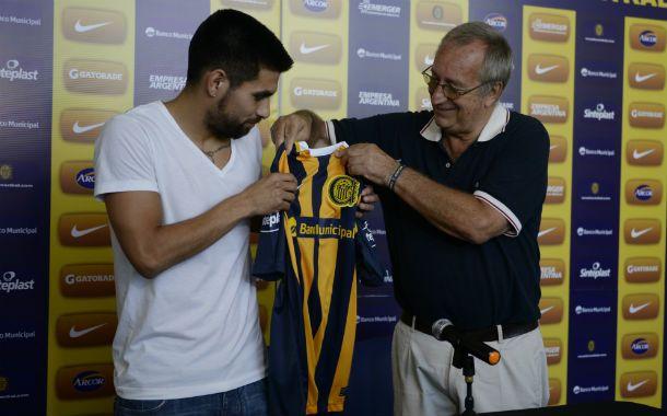 Es tuya. El presidente Raúl Broglia le entrega la camiseta al Kity ayer al mediodía en Arroyo Seco.
