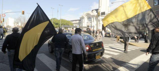 Los taxistas ganaron las calles para recordarles a sus compañeros que el paro sigue hasta mañana.
