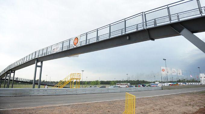 El puente peatonal fue inaugurado por la intendenta Mónica Fein. La estructura vincula el exterior con los boxes. (foto: Alfredo Celoria)