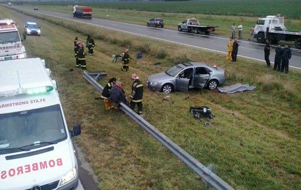 El Audi en el que viajaban cinco personas despistó y terminó en el cantero. (Gentileza inforedarmstrong)
