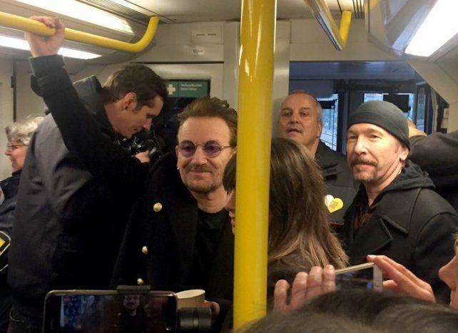 No voy en tren. Bono y The Edge viajan a la estación donde tocarán tres temas.