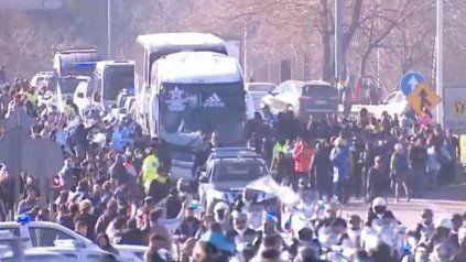 La selección campeona llegó al país y una caravana lo acompaña hasta el predio de la AFA