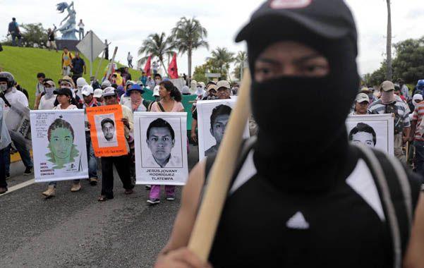 Familiares de los estudiantes desaparecidos y militantes ocuparon ayer el aeropuerto de la ciudad de Acapulco a modo de protesta.