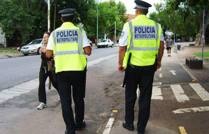 En la calle. La policía metropolitana puede pedir DNI a transeúntes sin motivo.