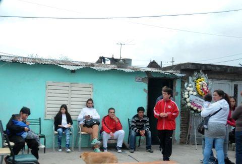 Familiares y allegados a González en el velatorio que se hizo en la casa de la víctima. (Foto de archivo)