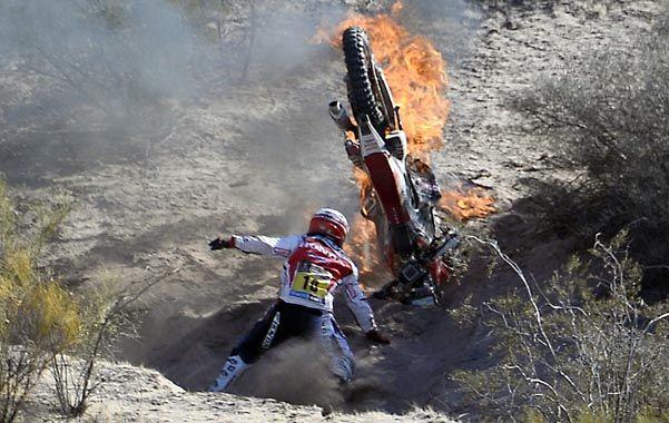 Sin consuelo. El portugués Paulo Gonçalvez llora mientras se incendia su moto Honda.