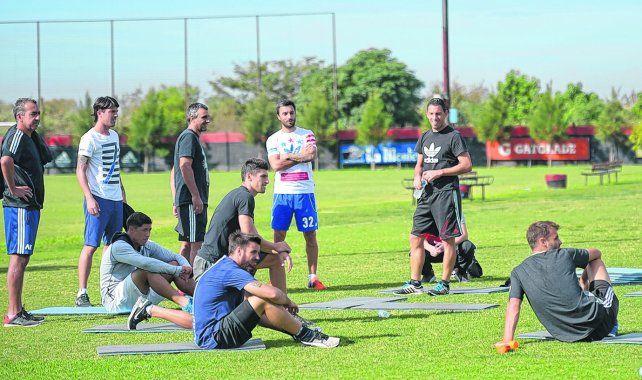 El mensaje. La imagen de los futbolistas rojinegros con su propia indumentaria durante la práctica de ayer es elocuente. Se expresaron de esa manera por el atraso salarial.