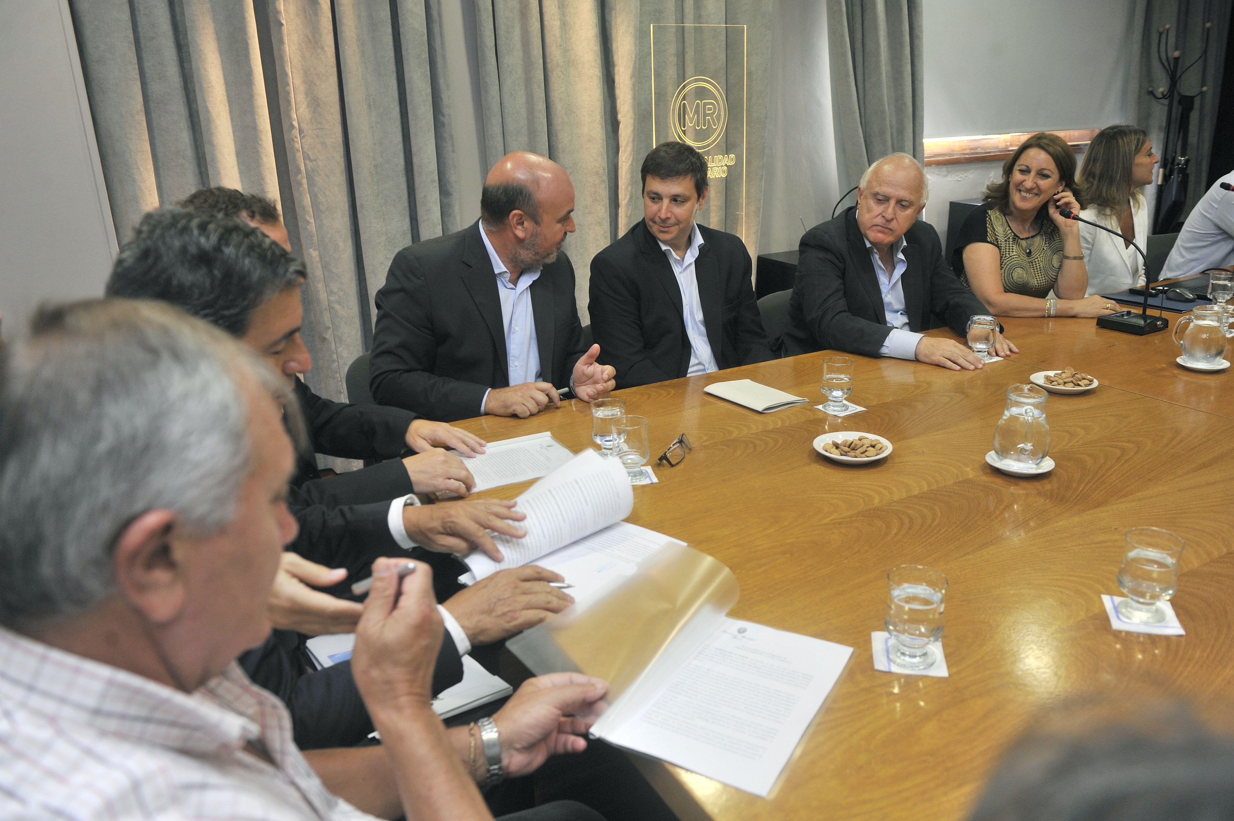 Las tres compañías rubricaron el acuerdo con la intendenta en el Palacio de los Leones. (Leonardo Vincenti)