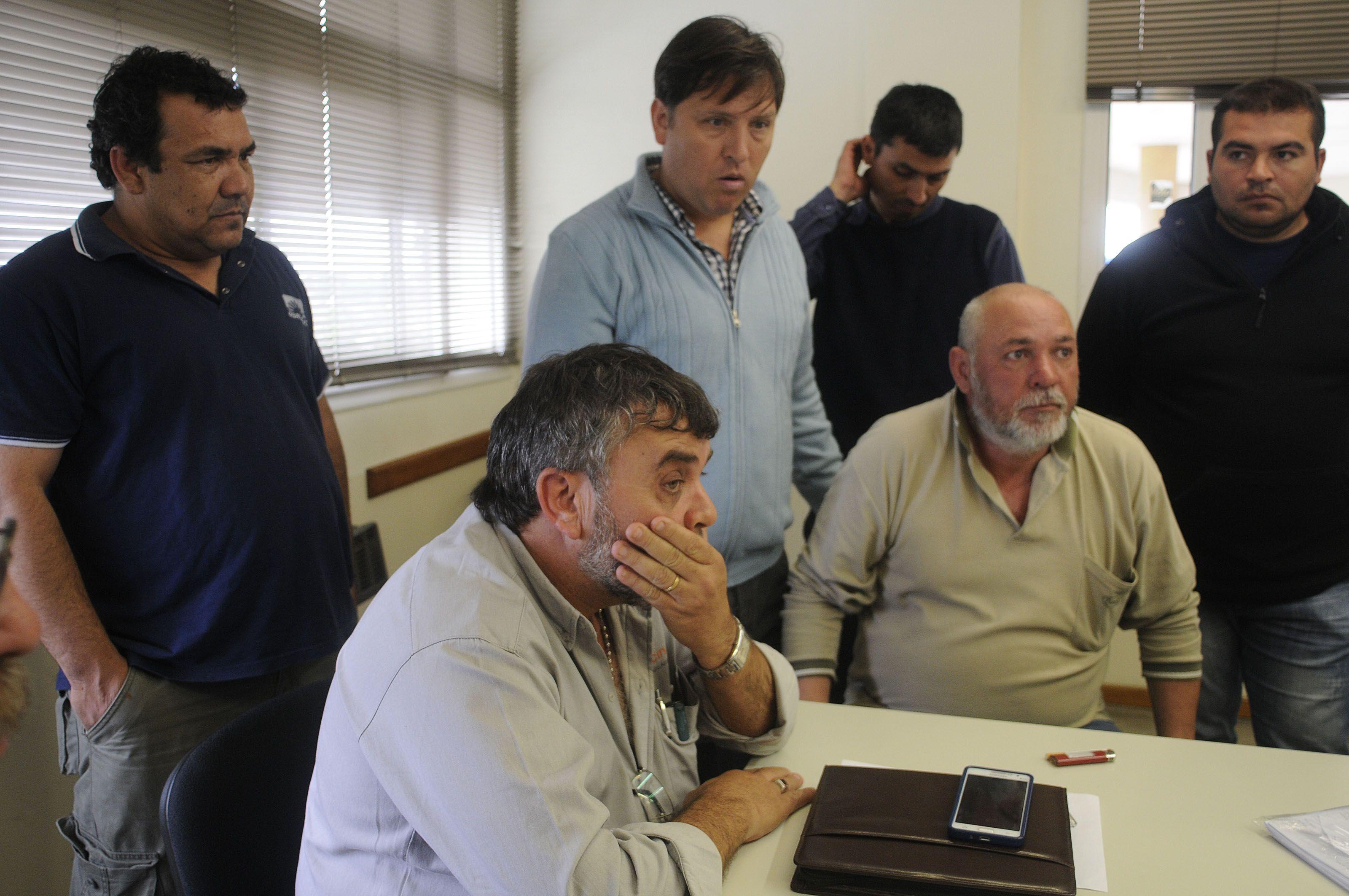 Los trabajadores y gremialistas se mostraron muy preocupados tras la reunión con la empresa. (Foto: Leonardo Vincenti)