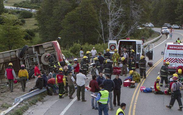 Escena. El operativo de asistencia horas después del accidente. El bus atravesó el guardarrail al volcar.