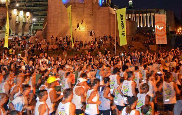 En movimiento. Los corredores inician la marcha frente al Monumento.