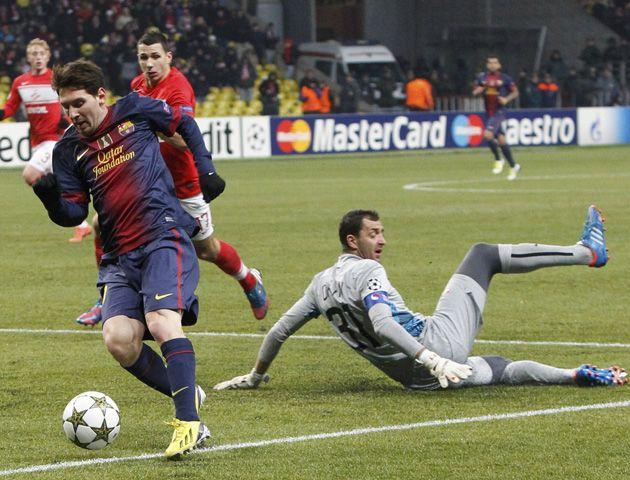 Por el piso. Así dejó Messi al arquero ruso para marcar el segundo suyo
