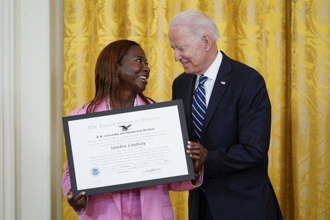 Biden entregó certificados de ciudadanía en un acto en la Casa Blanca.