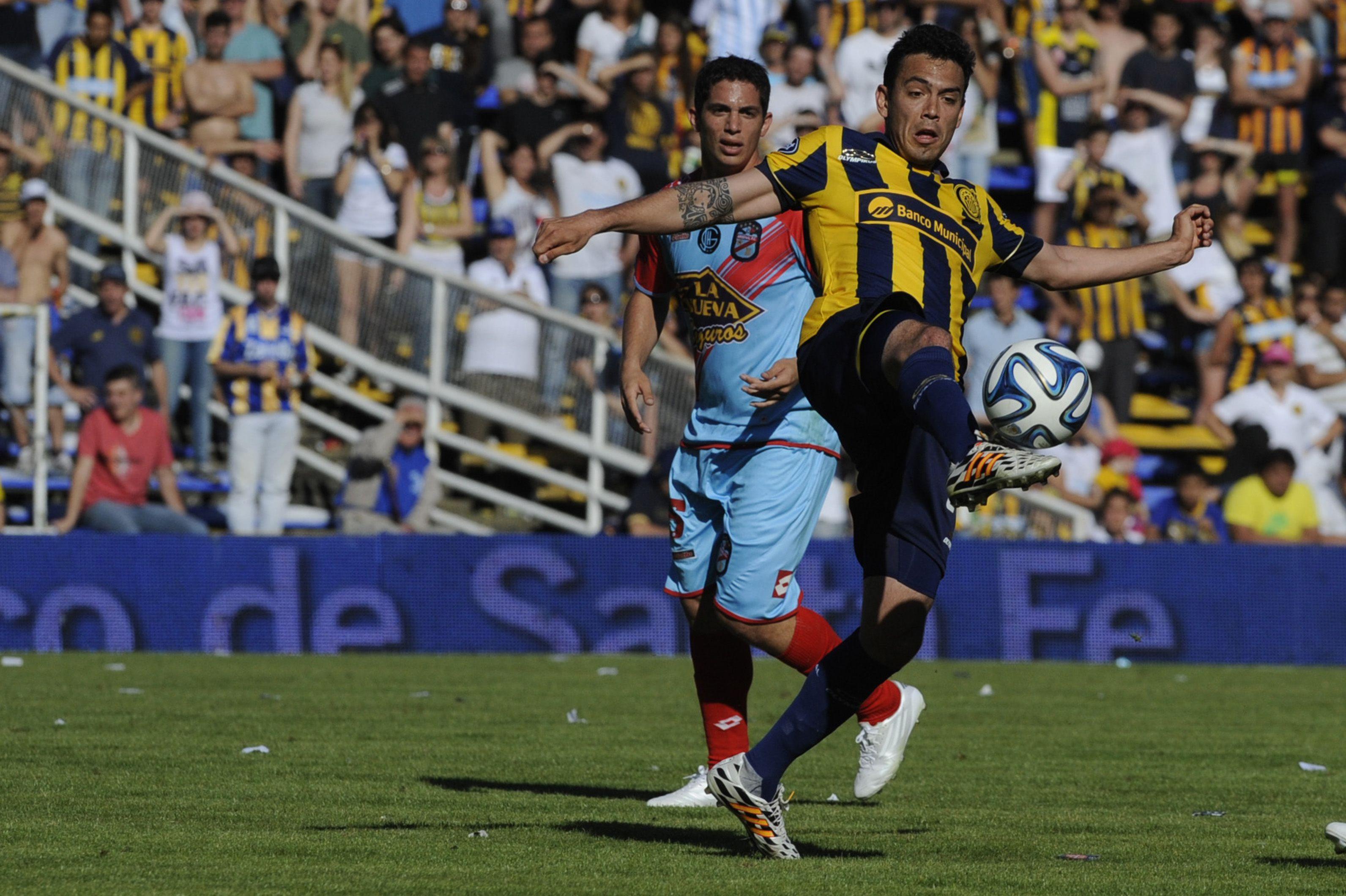 Nery Domínguez vuelve al primer equipo canalla. Aquí en una acción del último choque con Arsenal en el gigante. Fue en septiembre pasado. .