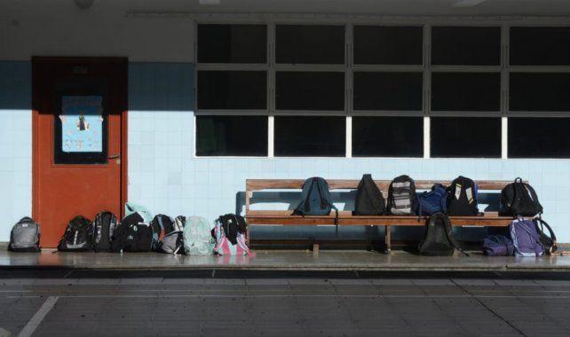 Las mochilas de los chicos quedaron en le patio por protocolo sanitario por la pandemia.