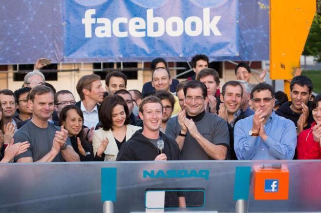 Zuckerberg (centro) en la salida a bolsa de su firma en mayo de 201