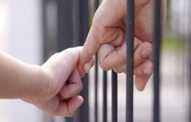 Separados. El fallo reclama políticas de Estado que no afecten a los menores distanciados de sus padres presos.