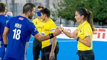 Irene Presenqui se saluda con el León Federico Monja, en el inicio del encuentro del domingo.