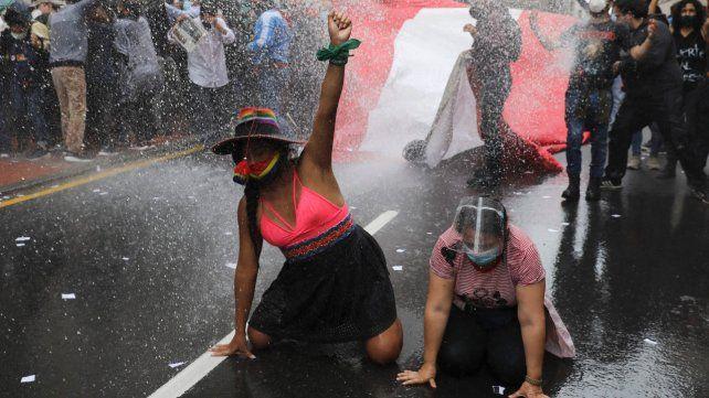 Entre la pandemia y la crisis institucional y económica, Perú vive su momento más crítico en cien años
