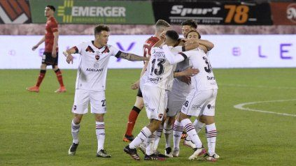 Todos los abrazos son para Nicolás Castro, autor de dos goles y figura de la cancha en la victoria parcial de la lepra ante Estudiantes.