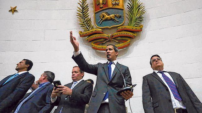 Juan Guaidó. El líder opositor habló ayer en una accidentada sesión en la Asamblea Nacional de Venezuela.