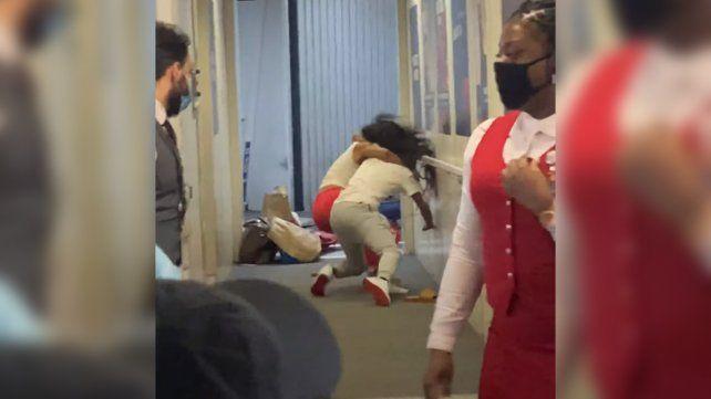 Video: dos mujeres se agarraron a golpes cuando abordaban un avión y todo quedó filmado