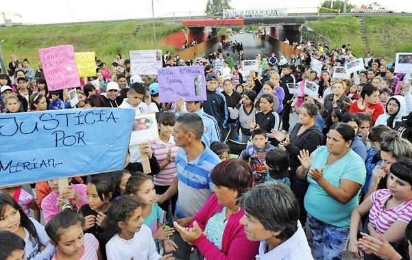 Todos por Mirian. Chicos y grandes cansados de ver morir a los suyos marcharon ayer por las calles de Las Flores.