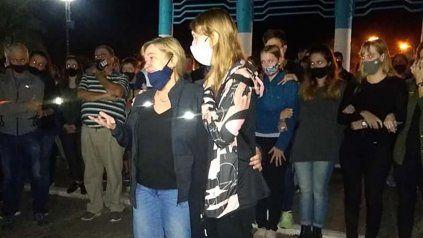 La esposa y las hijas del gerente de la cooperativa láctea de Eustolia asesinado en la madrugada del viernes durante la marcha en reclamo de justicia.